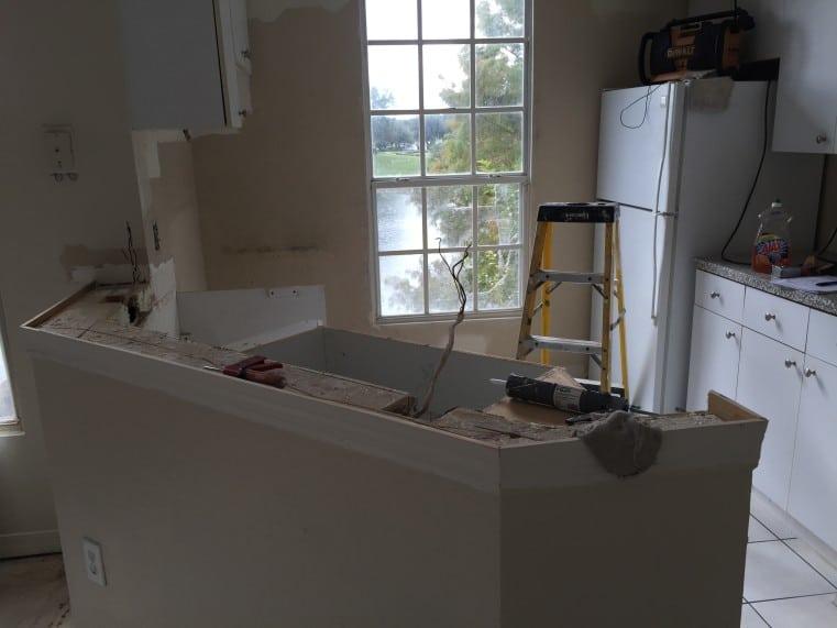 travaux de renovation de l'equipe auxandra dans la cuisine d'un condo
