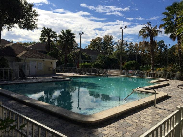 piscine dans une résidence de condos en Floride, USA