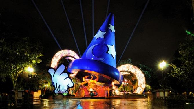 Place principale de Disney Studios à Orlando représentant le chapeau de Mickey dans Fantasia