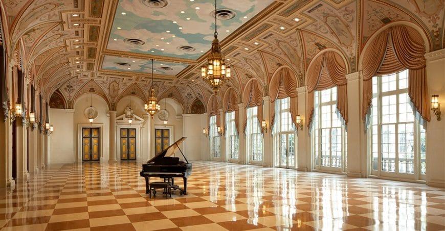 Salle luxueuse du piano de l'hotel The breakers à Palm Beach en Floride