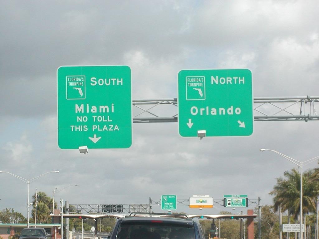 Deux panneaux qui indiquent les directions de Miami ou Orlando sur l'autoroute turnpike de Floride