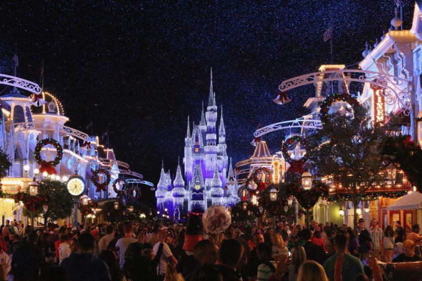 Le chateau du parc magic kingdom décoré pour noel à walt disney world à orlando en Floride