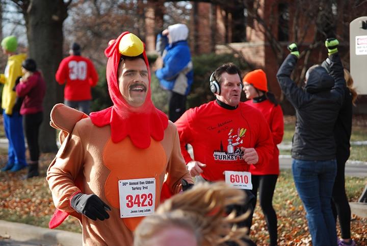 pendant thanksgiving aux usa, les gens peuvent faire des courses à pied deguisés en dindes !