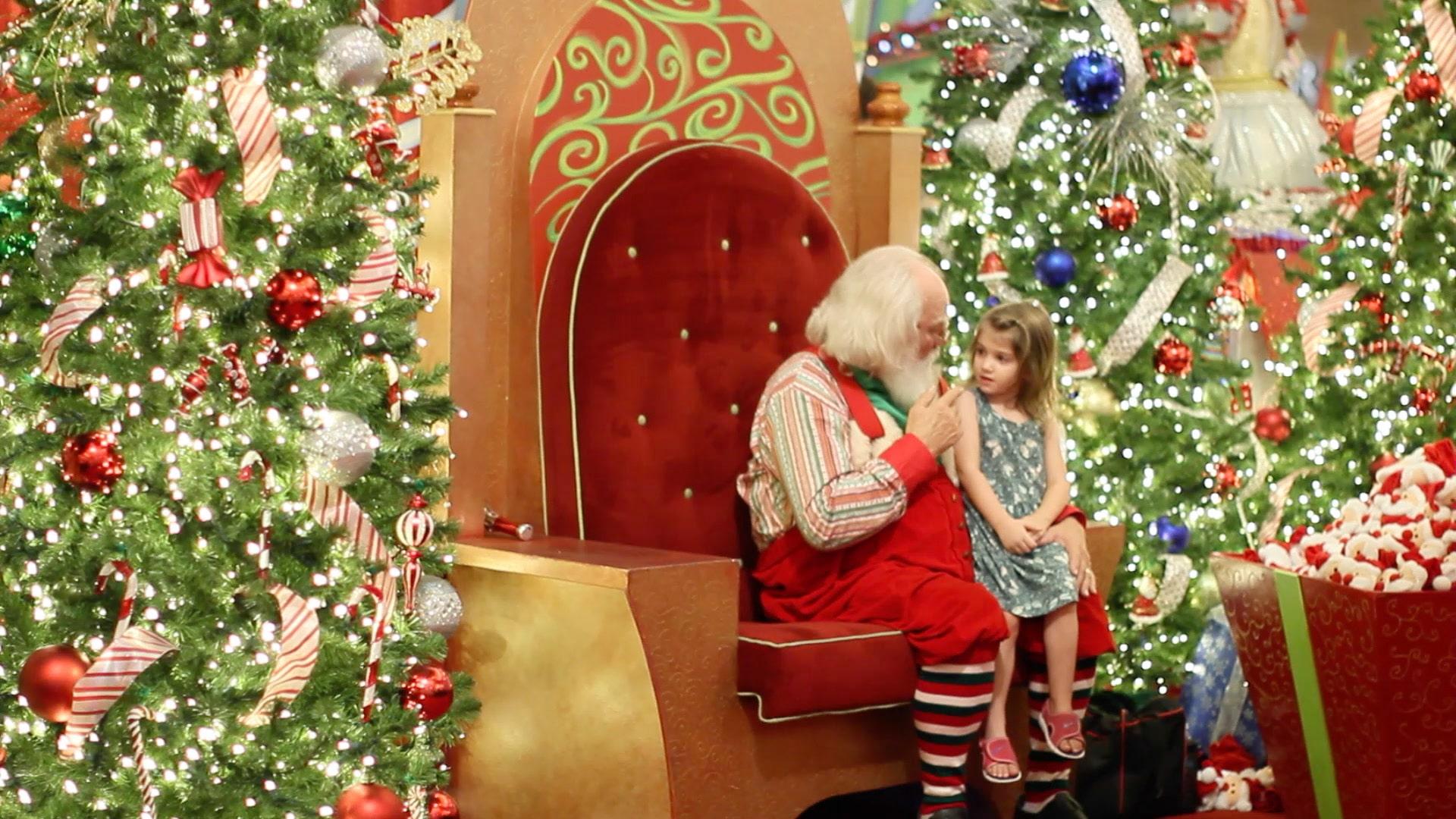 Le père noël écoute une petite fille au millenia mall d'Orlando